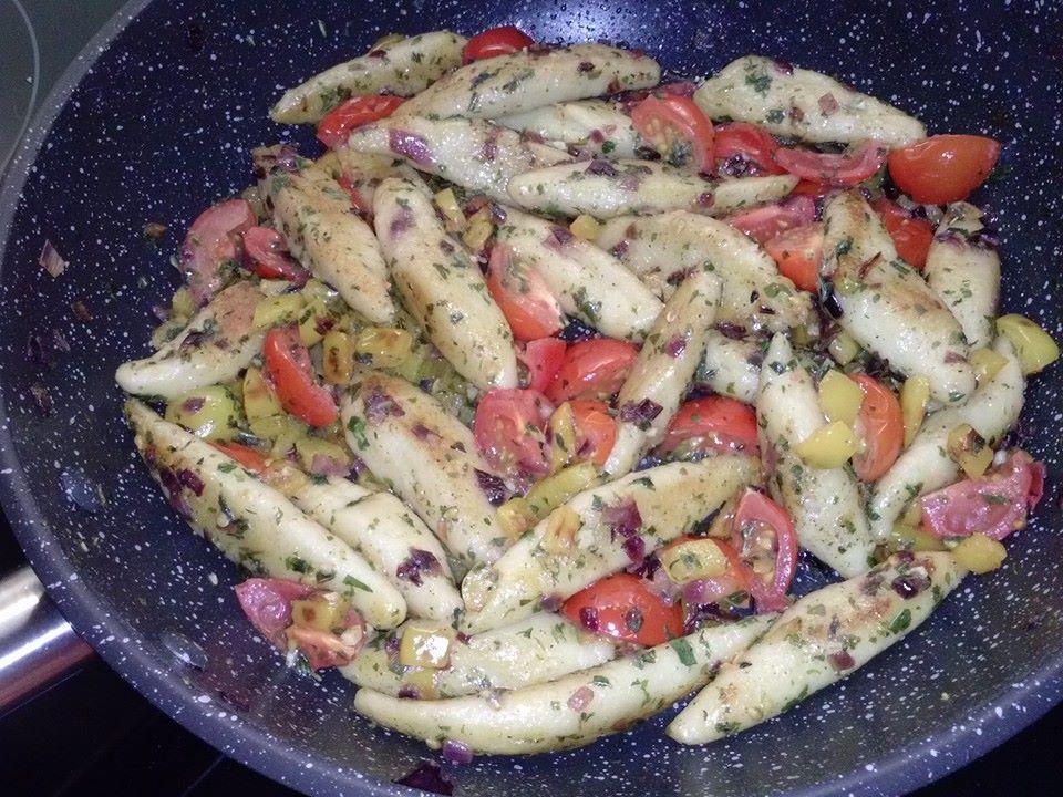 Gebratene Schupfnudeln mit Paprika und Tomaten